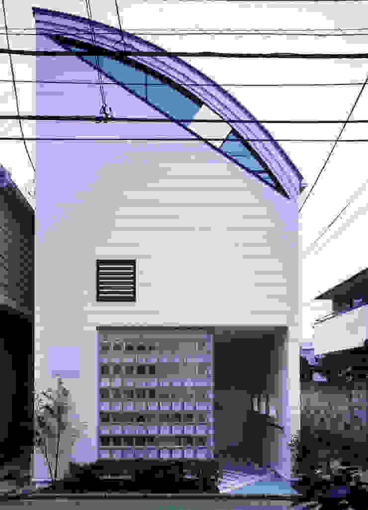 正面のガラスブロックはトーメイと指向性の横ストライプでショップの様子が モダンな 家 の 加藤將己/将建築設計事務所 モダン