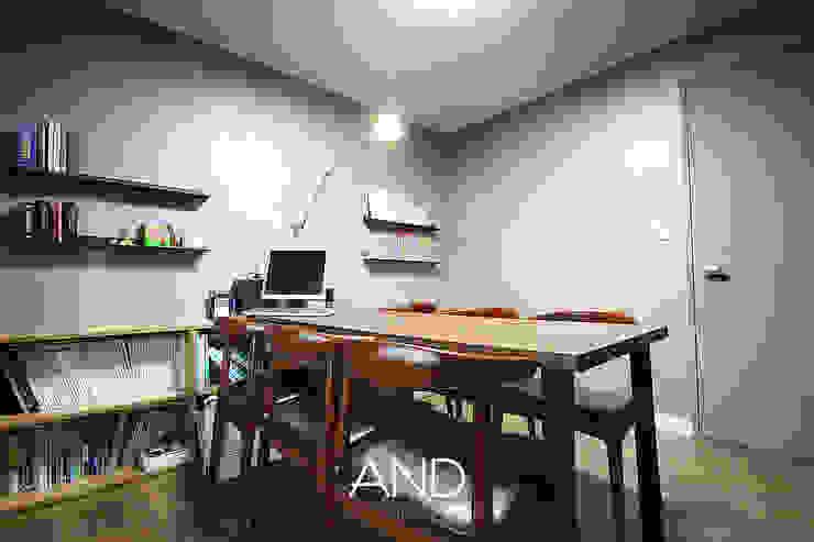 Oficinas y bibliotecas de estilo moderno de 앤드컴퍼니 Moderno