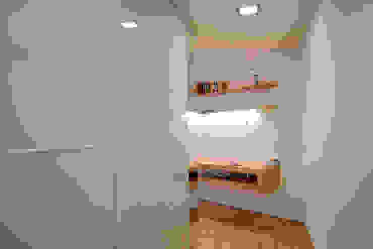 casa in via di Valle Corteno Spogliatoio moderno di studio di architettura Comes Del Gallo Moderno