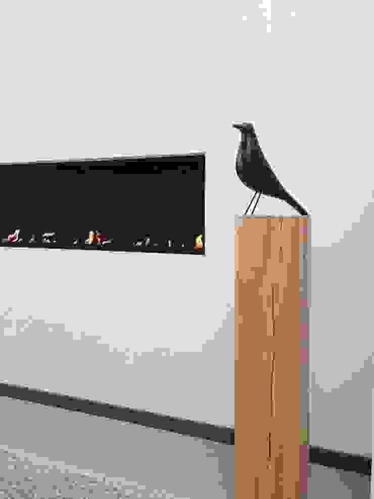 Eikenhouten sokkel als ondersteuning van een kunstwerk.: modern  door Solits, Modern