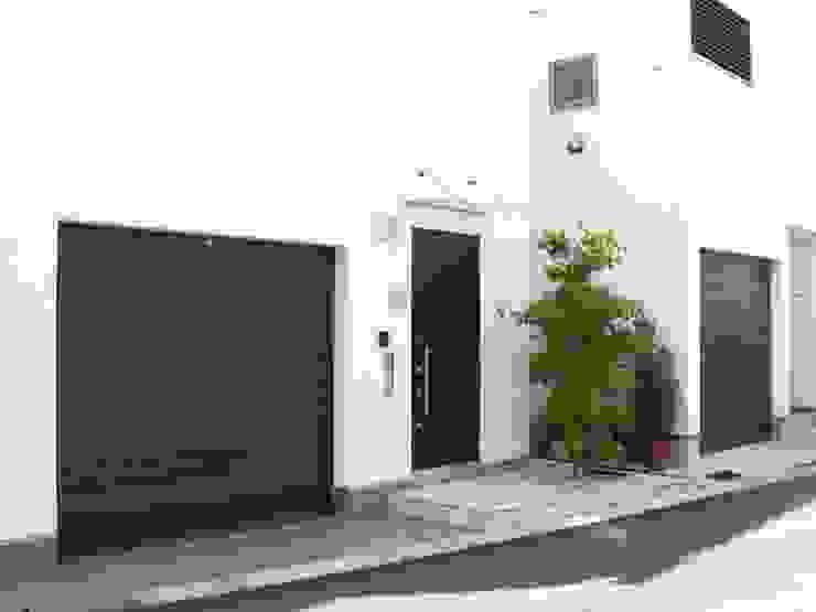 Garajes y galpones de estilo  por 日本ドアコーポレーション株式会社,