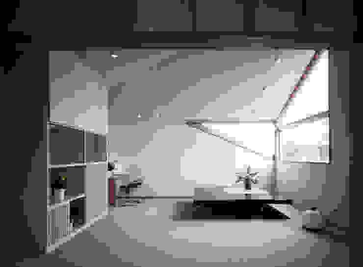新松戸の家: 加藤將己/将建築設計事務所が手掛けたリビングルームです。