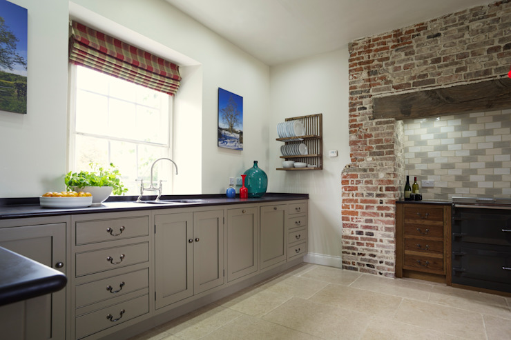 The Great Lodge | Large Grey Painted Kitchen with Exposed Brickwork من Humphrey Munson بلدي