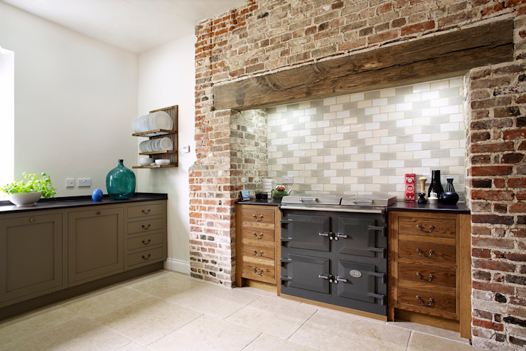 The Great Lodge | Large Grey Painted Kitchen with Exposed Brickwork 根據 Humphrey Munson 鄉村風