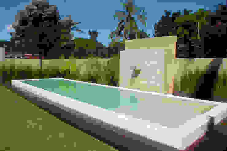 Piscine moderne par Piscinas Scualo Moderne Calcaire