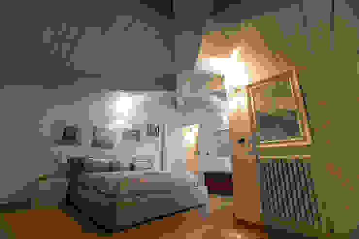 Habitaciones modernas de QUADRASTUDIO Moderno