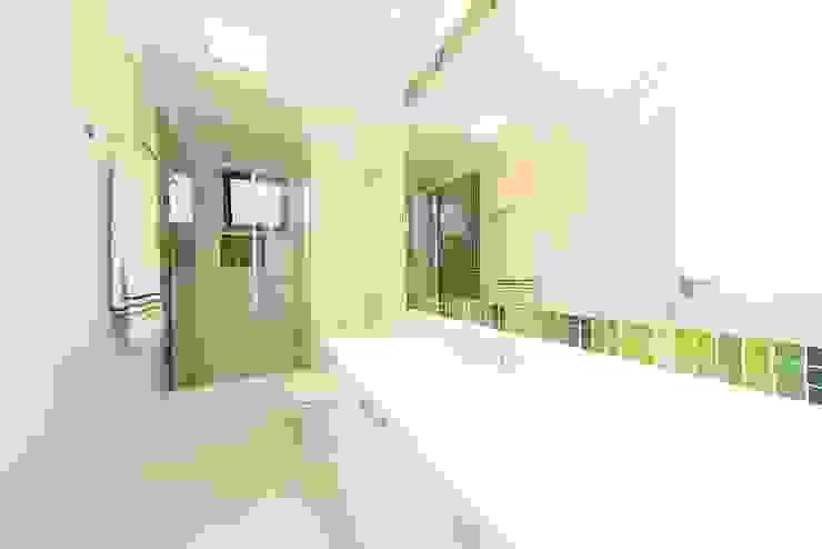 Banheiro social: Banheiros  por Item 6 Arquitetura e Paisagismo