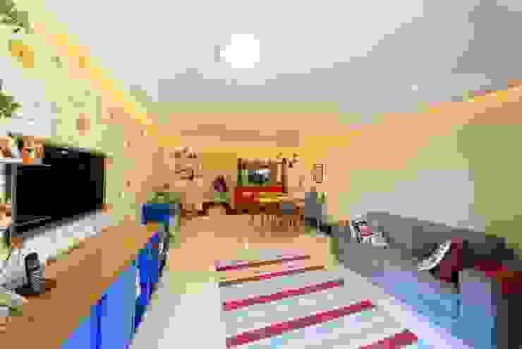 现代客厅設計點子、靈感 & 圖片 根據 Item 6 Arquitetura e Paisagismo 現代風