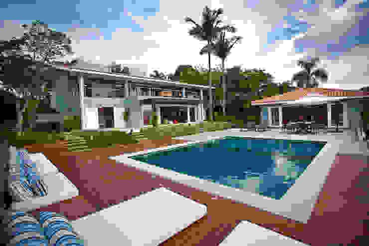 Fachada com a piscina Piscinas clássicas por M.Lisboa Arquitetura e Interiores Clássico
