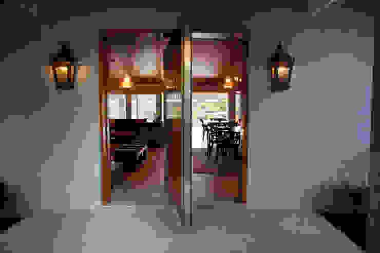 Entrada da casa Salas de estar clássicas por M.Lisboa Arquitetura e Interiores Clássico