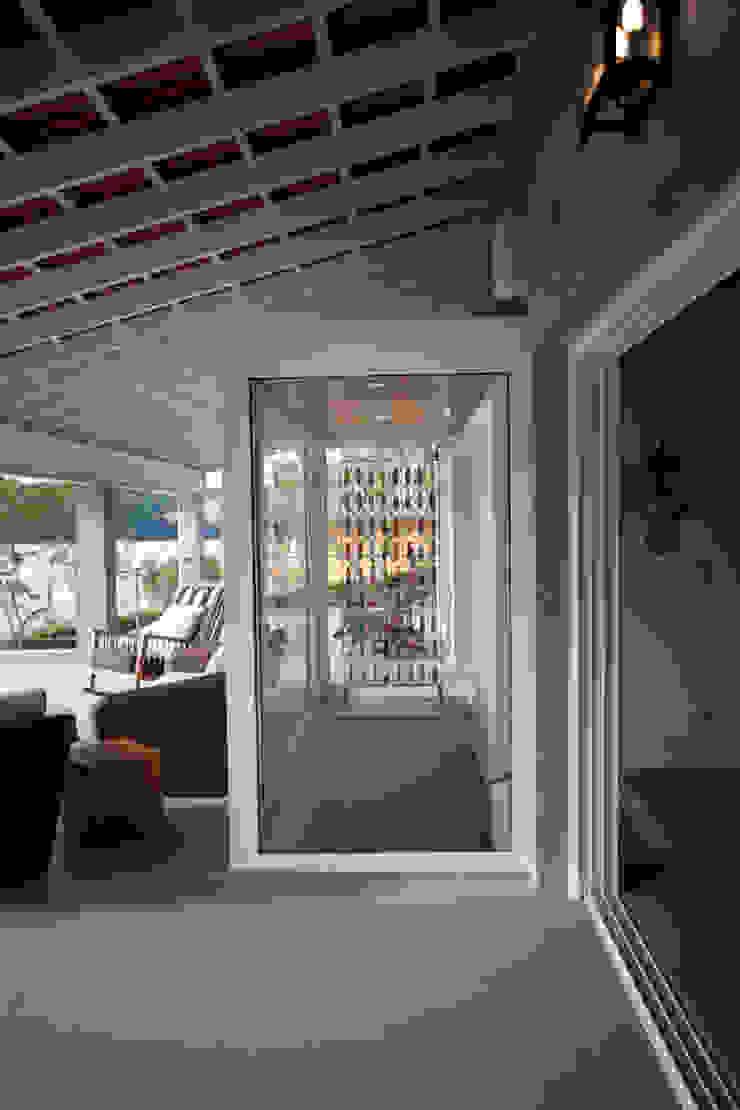 Detalhe varanda Varandas, alpendres e terraços clássicos por M.Lisboa Arquitetura e Interiores Clássico