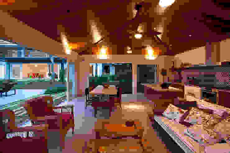 Área gourmet mostrando churrasqueira e forno de pizza Casas clássicas por M.Lisboa Arquitetura e Interiores Clássico