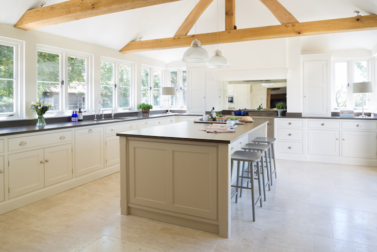 The Old Forge House, Hertfordshire | Classic Painted Shaker Kitchen Кухня в стиле кантри от Humphrey Munson Кантри