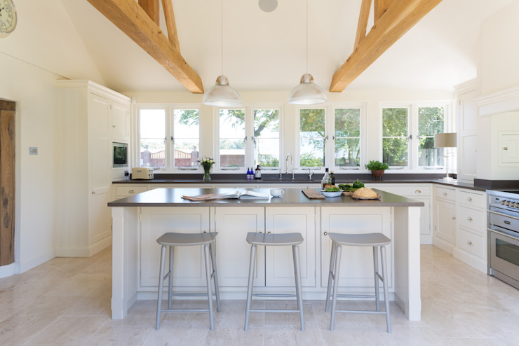 The Old Forge House, Hertfordshire | Classic Painted Shaker Kitchen:  Kitchen by Humphrey Munson