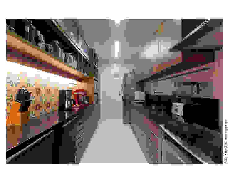 Apartamento na Barra Cozinhas modernas por Spinola+Carvalho Arquitetura Moderno