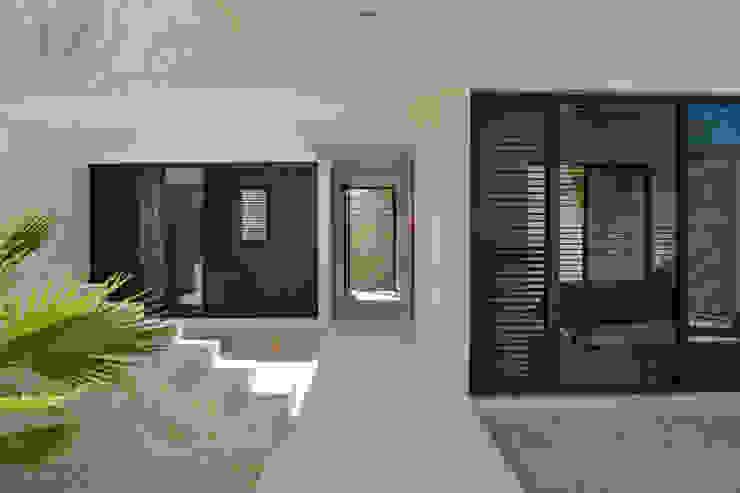 CASA MANGULICA: Pasillos y recibidores de estilo  por Alberto Zavala Arquitectos, Moderno
