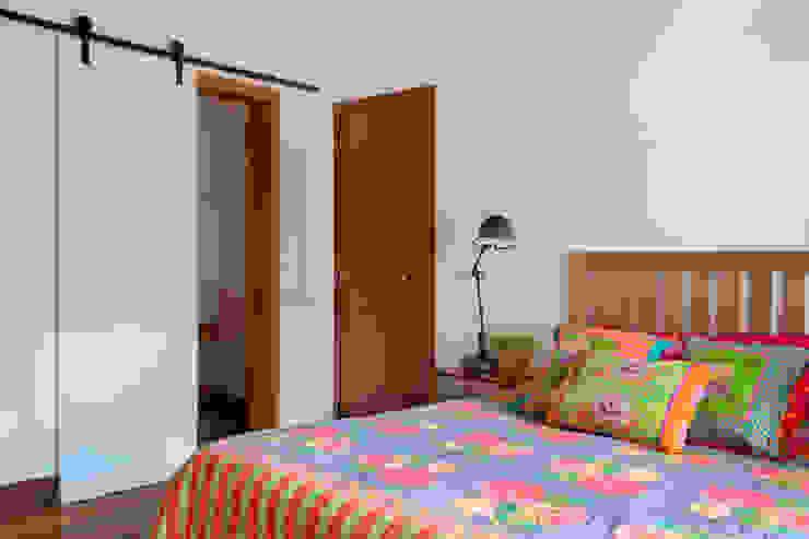 Casa Itaipava Quartos campestres por sadala gomide arquitetura Campestre