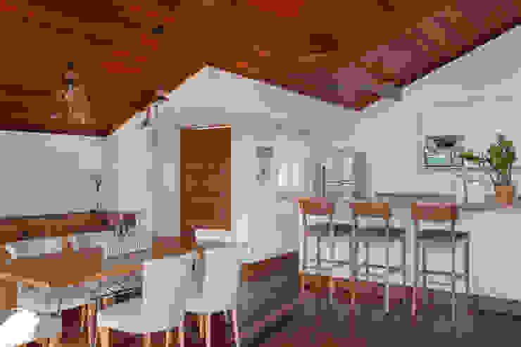 Casa Itaipava Salas de jantar campestres por sadala gomide arquitetura Campestre