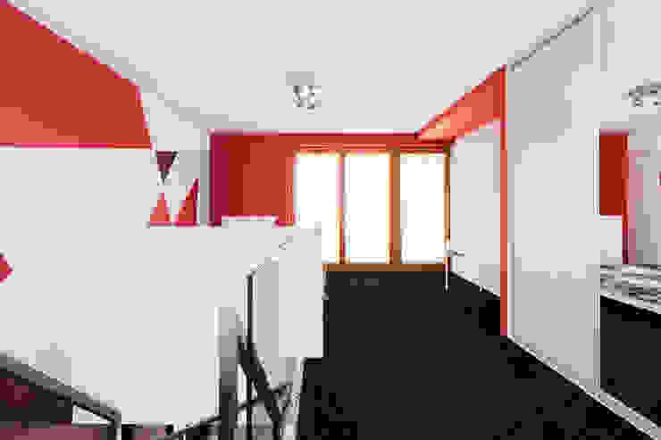 Apartament Dwupoziomowy Nowoczesna sypialnia od Tarna Design Studio Nowoczesny