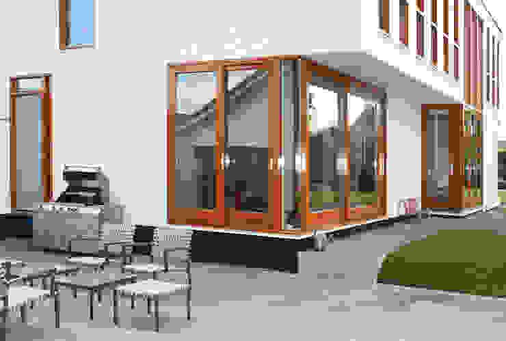 patio met terrasdeuren Moderne balkons, veranda's en terrassen van ddp-architectuur Modern