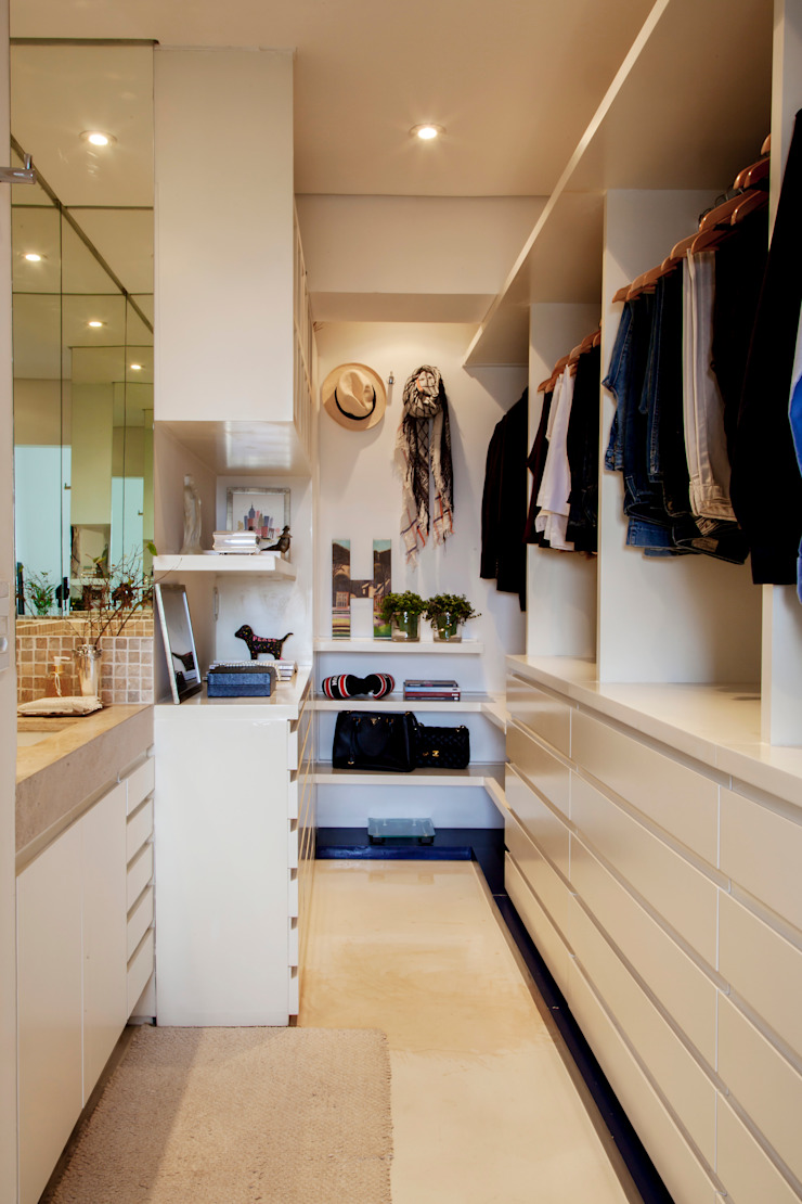 Modern dressing room by Helô Marques Associados Modern