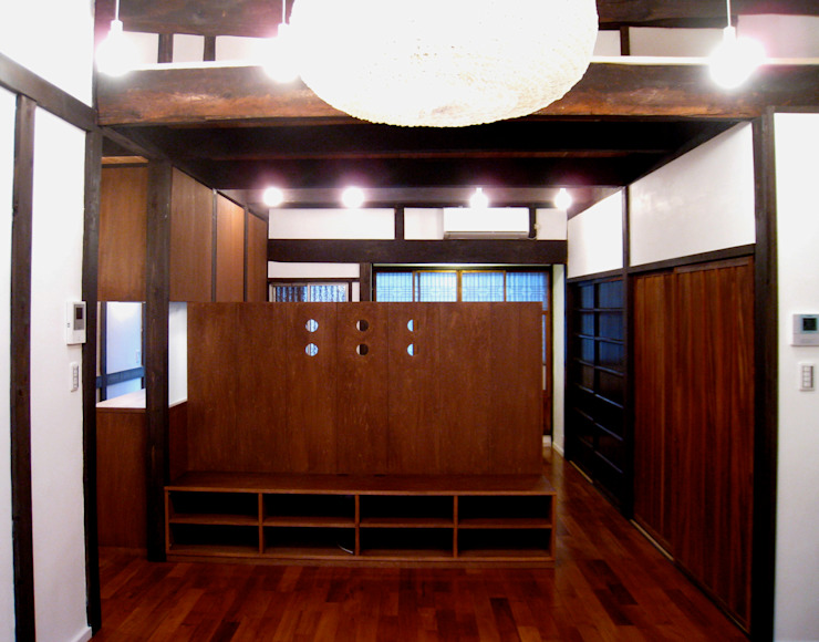 by あお建築設計 Classic Wood Wood effect