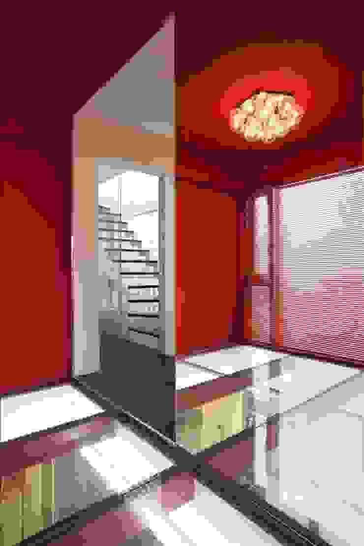 Pasillos, vestíbulos y escaleras modernos de Qull一級建築士事務所 Moderno
