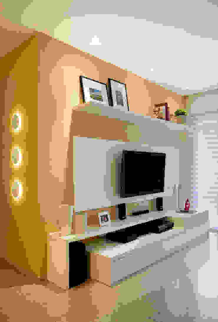 Modern Living Room by Carolina Mendonça Projetos de Arquitetura e Interiores LTDA Modern