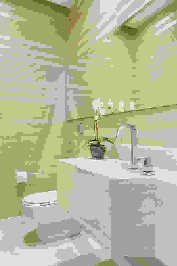 Casa Luxo Banheiros modernos por Carolina Mendonça Projetos de Arquitetura e Interiores LTDA Moderno