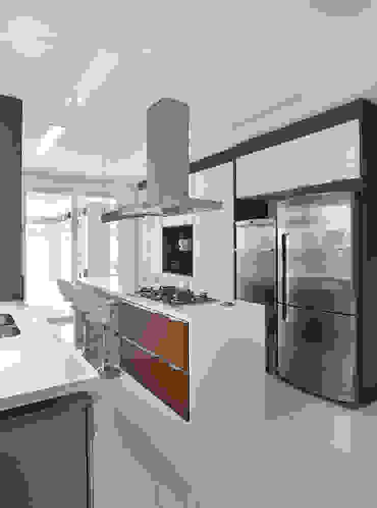 Casa Luxo Cozinhas modernas por Carolina Mendonça Projetos de Arquitetura e Interiores LTDA Moderno