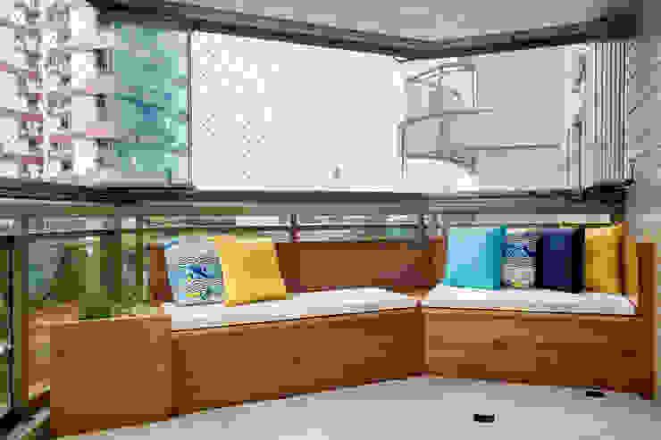 Apartamento Praia Varandas, alpendres e terraços modernos por Carolina Mendonça Projetos de Arquitetura e Interiores LTDA Moderno