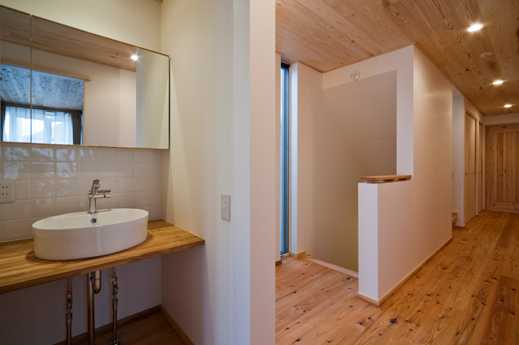 木の家プロデュース 明月社 Pasillos, vestíbulos y escaleras de estilo ecléctico