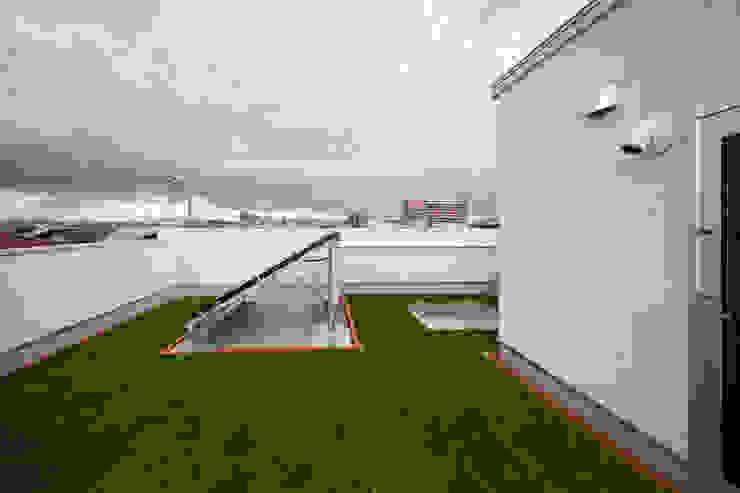 木の家プロデュース 明月社 Balcones y terrazas de estilo ecléctico