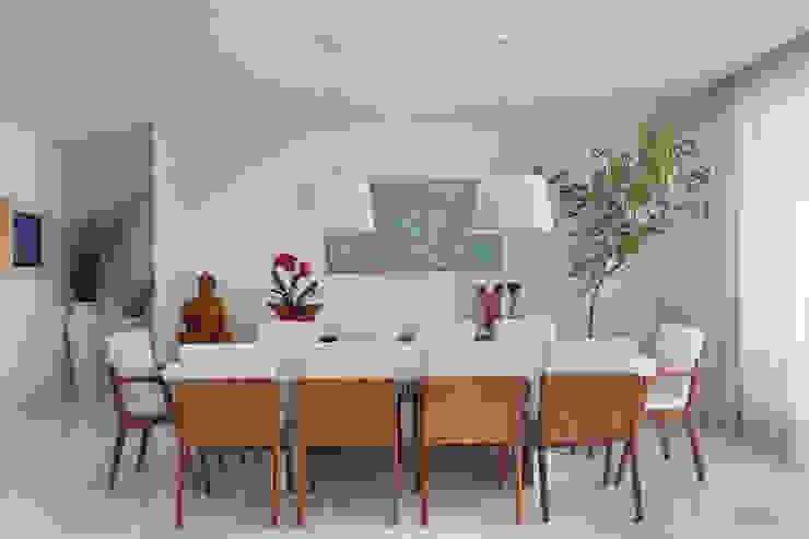 Casa Luxo Salas de jantar modernas por Carolina Mendonça Projetos de Arquitetura e Interiores LTDA Moderno