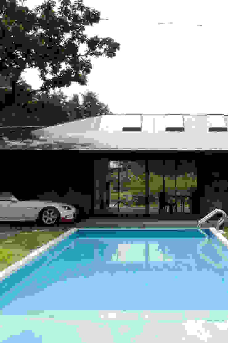 M-HOUSE外観2 トロピカルスタイルの プール の 3*D空間創考舎一級建築士事務所 トロピカル