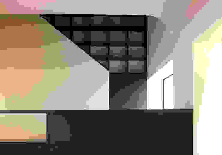K-HOUSE内観3 モダンスタイルの 玄関&廊下&階段 の 3*D空間創考舎一級建築士事務所 モダン