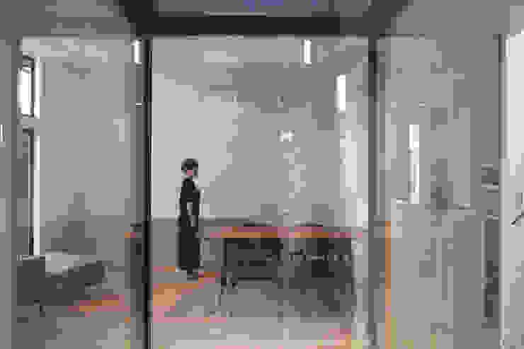 中庭からリビング・ダイニング モダンデザインの ダイニング の FURUKAWA DESIGN OFFICE モダン