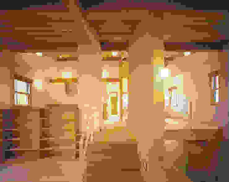 Modern Corridor, Hallway and Staircase by 有限会社 起廣プラン 一級建築士事務所 Modern