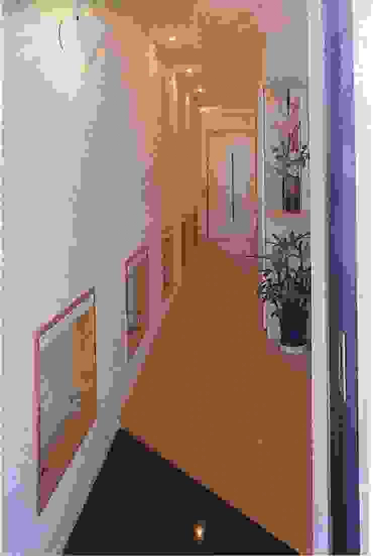 玄関から続く足下の小窓からもれる光がひろまに導く: 加藤將己/将建築設計事務所が手掛けた現代のです。,モダン