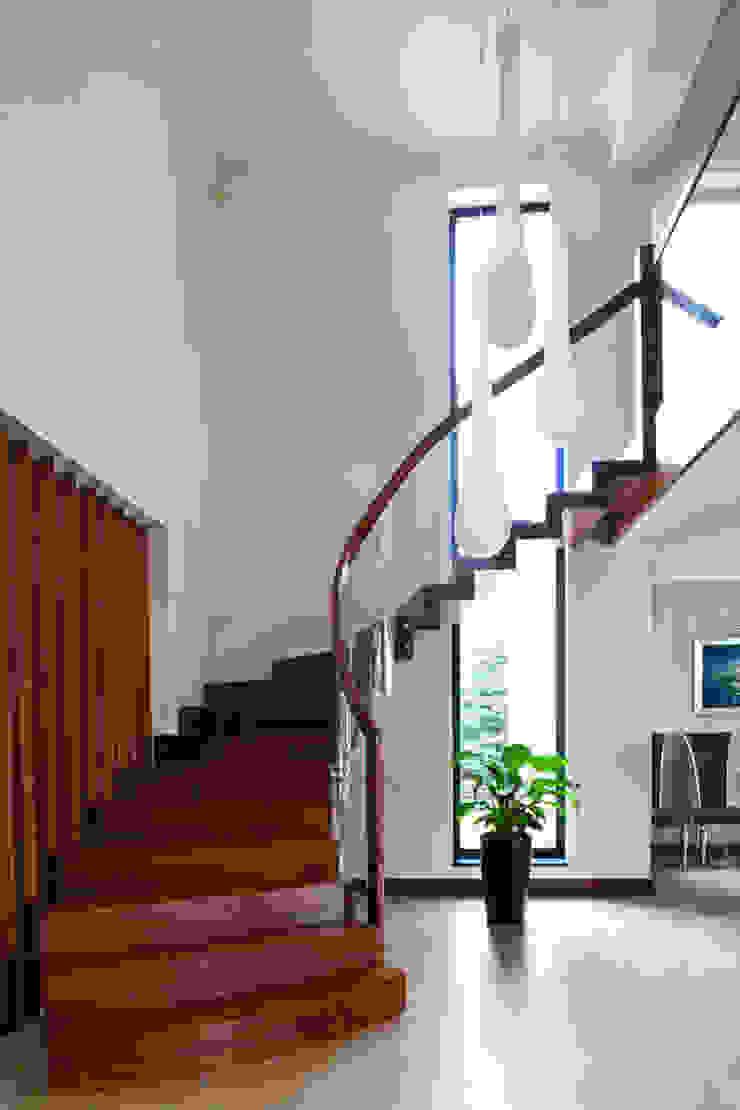 Couloir, entrée, escaliers modernes par tomasz czajkowski pracownia Moderne