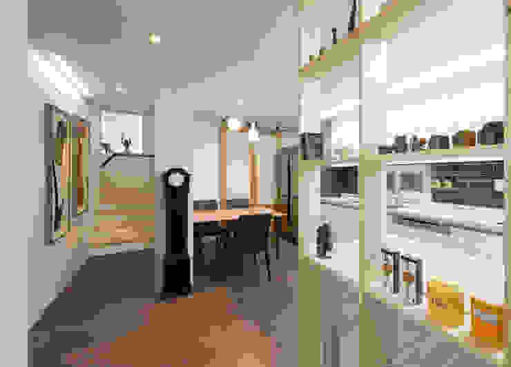 가족만의 아담한 식사공간과 2층으로 올라가는 계단 모던스타일 거실 by 비에스디자인건축사사무소 모던