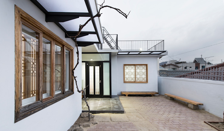 마당에서 바라본 외관-1 모던스타일 주택 by 비에스디자인건축사사무소 모던