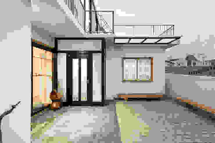 마당에서 바라본 외관-2 모던스타일 주택 by 비에스디자인건축사사무소 모던