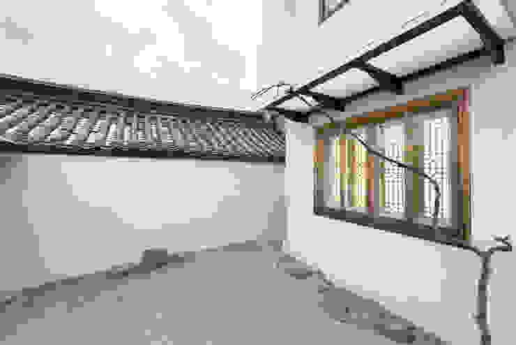 마당에서 바라본 외관-3 모던스타일 주택 by 비에스디자인건축사사무소 모던