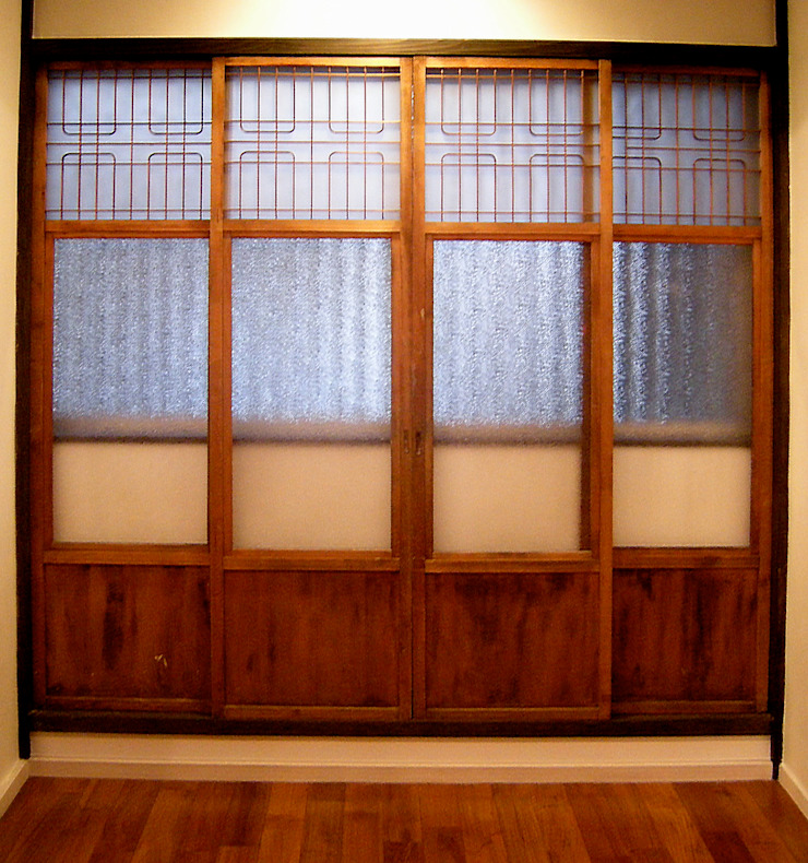 Classic windows & doors by あお建築設計 Classic Solid Wood Multicolored