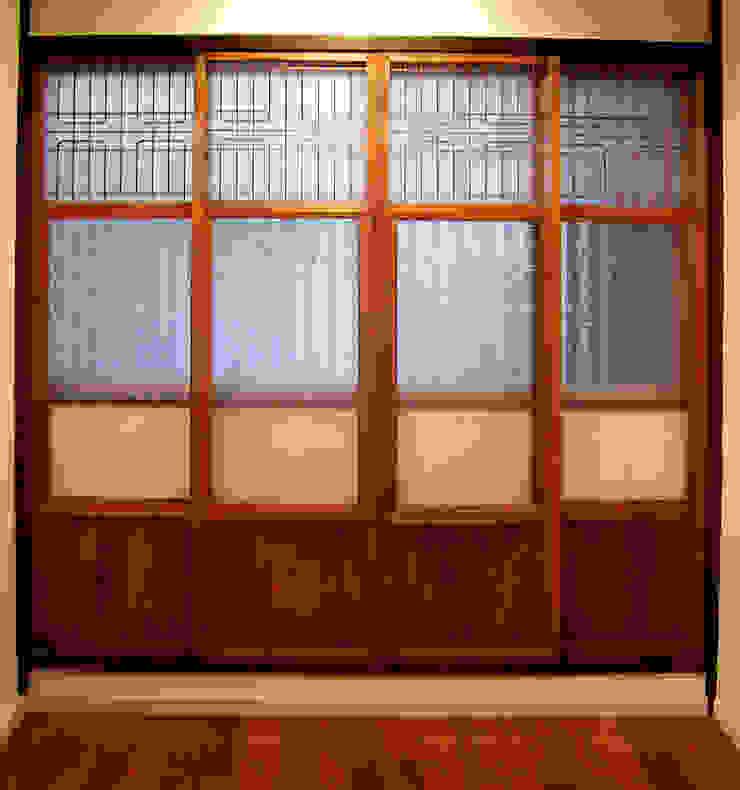 あお建築設計 Puertas y ventanas de estilo clásico Madera maciza Acabado en madera