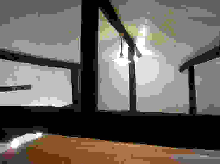 あお建築設計 Salas multimedia de estilo clásico Madera maciza Acabado en madera
