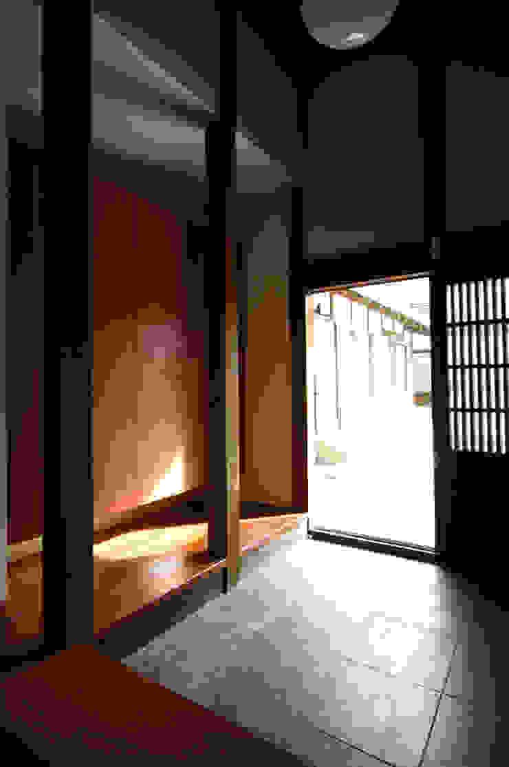 和泉中央の家・古民家改築 玄関: SADOが手掛けたクラシックです。,クラシック