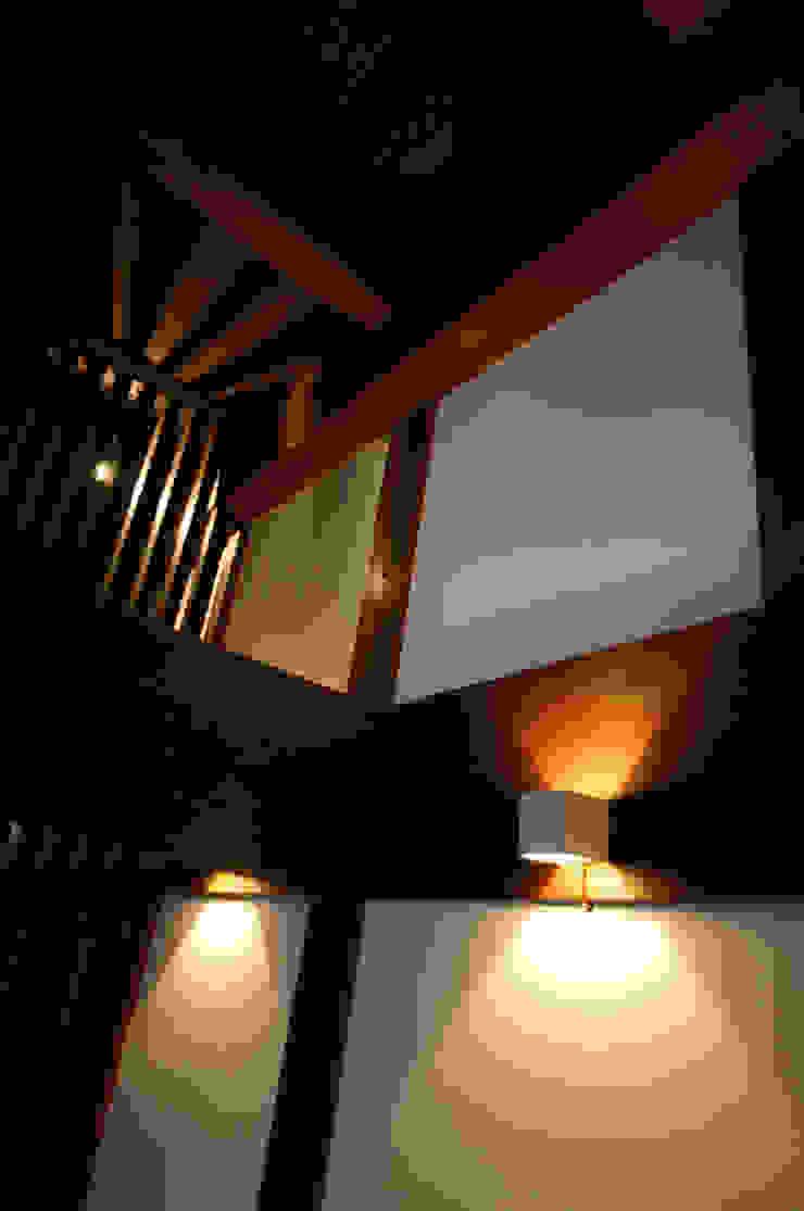 和泉中央の家・古民家改築 リビングの照明: SADOが手掛けたクラシックです。,クラシック
