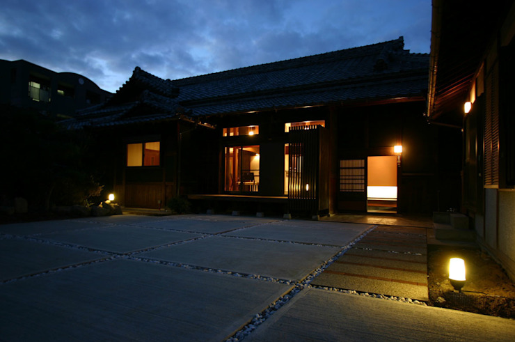 和泉中央の家・古民家改築 夜景: SADOが手掛けたクラシックです。,クラシック